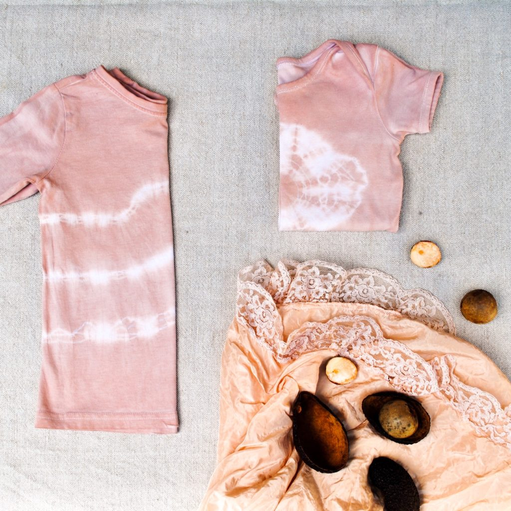 Natural dyeing with avocado seeds: step by step instructions